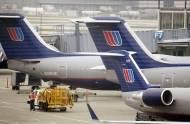 Pasażer uderzył stewardesę i usiłował wyważyć drzwi kokpitu. Przy aresztowaniu zrzucił policjantów ze schodów samolotowych