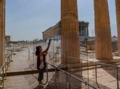 Brytyjczycy i Polacy na razie z zakazem wjazdu na wakacje do Grecji