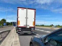 Polak przyłapany na autostradzie M1 na brawurowej jeździe. Wstawał w trakcie kierowania