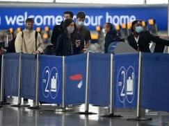 Gigantyczne kolejki na lotnisku Heathrow! Ludzie w maseczkach nie zachowują dystansu społecznego [WIDEO]