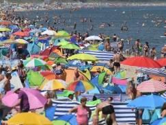 Polska bije rekordy zachorowań, ale na plażach parawaning w pełni… Zobacz szokujące zdjęcia tłumów nad Bałtykiem!
