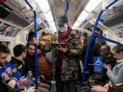 Podróżujesz środkami transportu publicznego? Odległość od osoby chorej ma znaczenie – oceń ryzyko złapania infekcji!