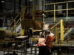 Rząd UK musi wykorzystać zamówienia publiczne do poprawy warunków pracy w Amazonie. Zrobi to?
