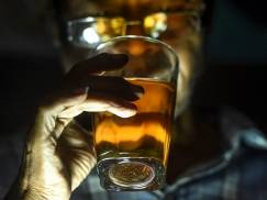 Zaszczepiłeś się? Nie pij alkoholu! Eksperci zalecają miesiąc abstynencji
