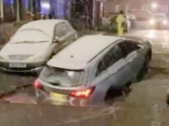 Przerażające sceny w Manchesterze. Zawaliły się fronty dwóch domów parę godzin po tym, jak samochód zapadł się w ogromną wyrwę