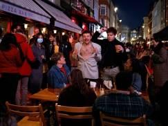 Tłumy w angielskich pubach z okazji kolejnego etapu wychodzenia z lockdownu. Ludzie tańczyli na ulicach