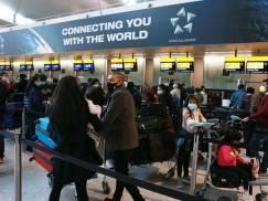 7-godzinne kolejki na brytyjskich lotniskach w wakacje. Eksperci ostrzegają podróżnych