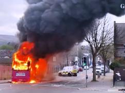 Zamieszki w Belfaście: Porwano i spalono autobus. Jednym z aresztowanych jest 13-letni chłopiec