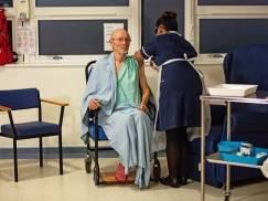 Nie żyje pierwszy mężczyzna zaszczepiony przeciw COVID-19 - William Shakespeare zmarł na udar