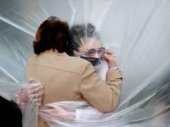 Rodzina i przyjaciele w Anglii będą mogli się przytulać już za 2 tygodnie? Do tego czasu eksperci apelują do ludzi o ostrożność