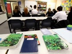 Dzieci w ciągu dnia będą się uczyć dłużej o pół godziny - wynika z rządowego raportu