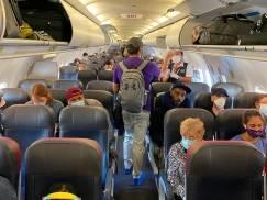 Zdecydowana większość pasażerów chce obowiązkowych maseczek w samolotach. Oto zaskakujące wyniki badania IATA
