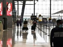 Pasażer z pozytywnym testem przebrał się za żonę, żeby wejść do samolotu… Załoga nie zauważyła i wpuściła go na pokład