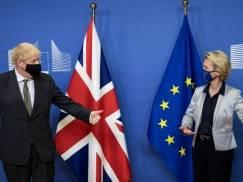 """UE wstrzymuje kroki prawne po """"poważnym"""" naruszeniu przez UK protokołu ws. Irlandii Płn. Brytyjczycy mogą robić co chcą?"""