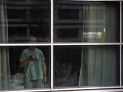 """""""Nawet więźniowie mają prawo do większej wolności niż osoby zmuszane do odbycia kwarantanny hotelowej"""". Prawnicy szykują pozew przeciwko rządowi"""