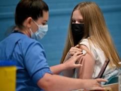 Firmy wprowadzają różnego typu zachęty dla młodych osób, by poddały się szczepieniu przeciwko Covid-19. Będą skuteczne?