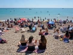 Mężczyzna poucza młode dziewczyny na plaży, że ich stroje kąpielowe ocierają się o pornografię. Nagranie stało się hitem internetu
