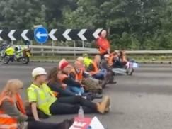 Aktywiści ponownie zablokowali autostrady w UK! Niektórzy przykleili sobie dłonie do asfaltu