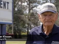 90-letni kierowca ciężarówki przeszedł na emeryturę. Po 66 latach pracy i przejechaniu 14 mln kilometrów [WIDEO]