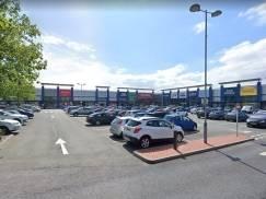Uzbrojony w broń palną mężczyzna przed centrum handlowym w Manchesterze. Został aresztowany po pościgu