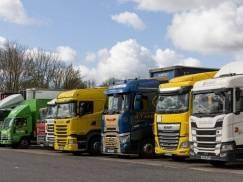 Wielka Brytania złagodzi przepisy dla kierowców ciężarówek z UE, aby poradzić sobie z kryzysem zaopatrzeniowym
