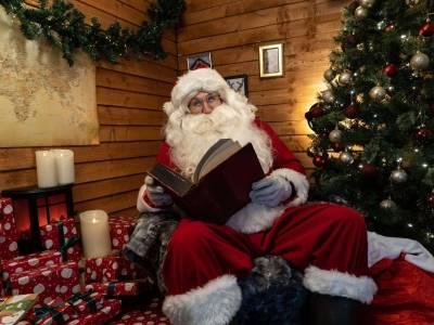 Śpiewanie kolęd, jasełki i wizyta u Mikołaja w czasie pandemii - jakie obowiązują ograniczenia świątecznych aktywności w UK?