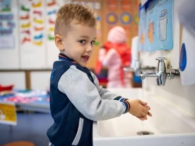 £500 dodatku na dziecko z pozytywnym wynikiem testu. Rząd zmienił warunki przyznawania Test and Trace Support Payment