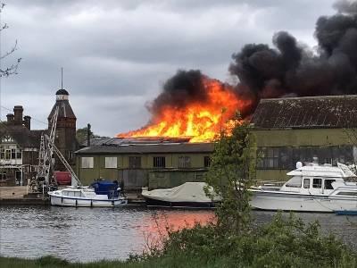 Pożar na Tamizie - ogień zniszczył zabytkowe stocznie na wyspie Platt's Eyot [WIDEO]