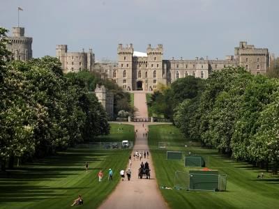 Travellersi rozbili obóz przed pałacem Windsor z widokiem na prywatne kwatery Jej Królewskiej Mości