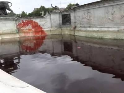 Wandalizm czy słuszna sprawa? Aktywiści ruchu Animal Rebellion oblali fontannę przed Pałacem Buckingham czerwoną farbą