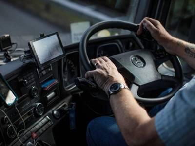 Kierowcy tirów jeżdżą w pampersach, podczas gdy pracownicy biurowi piją tylko kawę? Kontrowersyjny głos w dyskusji na temat pracy kierowców w UK