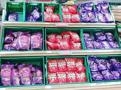 Supermarkety zapełniają puste półki dezodorantami i sosami HP. Internauci są bezlitośni