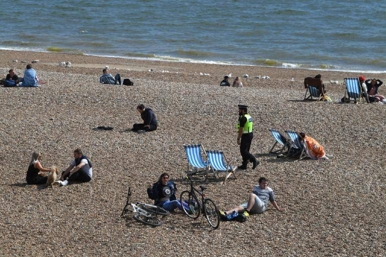Brytyjczyk saczący piwo na plaży w Brighton nawołuje do... zaostrzenia LOCKDOWN-u. Logiczne?