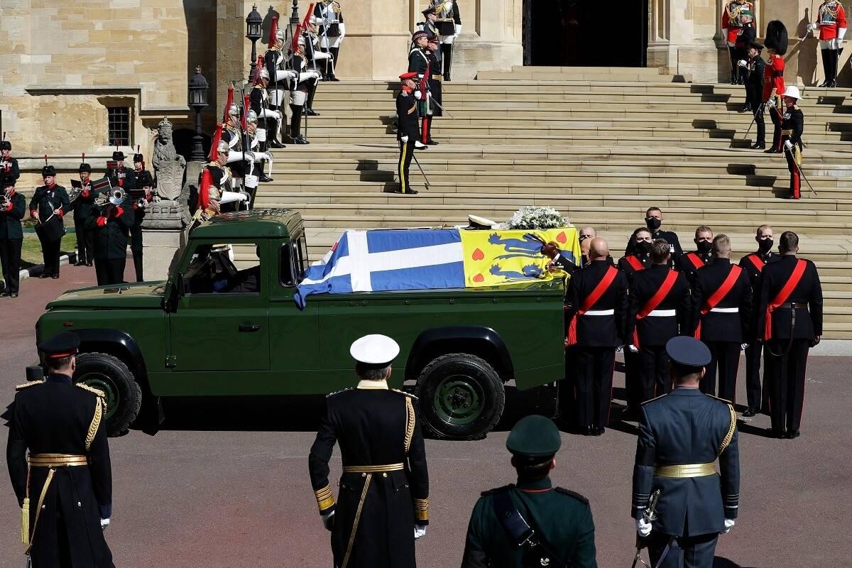 Półnaga kobieta zatrzymana przez policję, gdy głośno protestowała w czasie minuty ciszy na pogrzebie księcia Filipa [wideo]