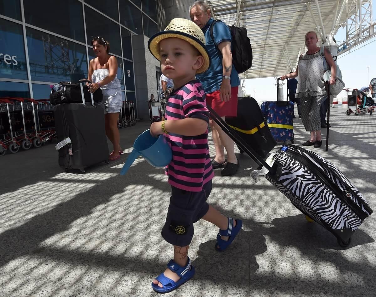 Czy dzieci muszą wykonywać testy dla podróżnych? Oto aktualne zasady w Polsce i w UK