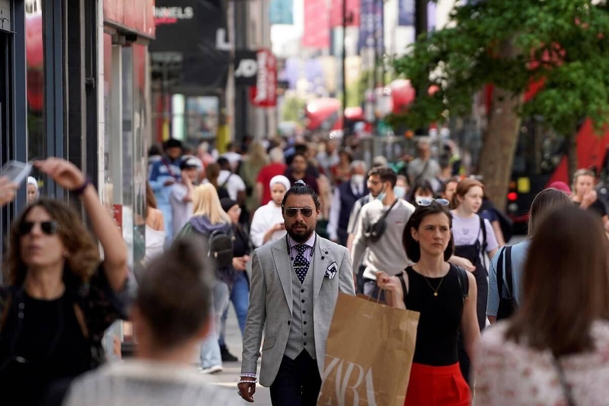Sprzedaż w sklepach w UK najwyższa od dwóch lat – właśnie opublikowano zaskakujący raport