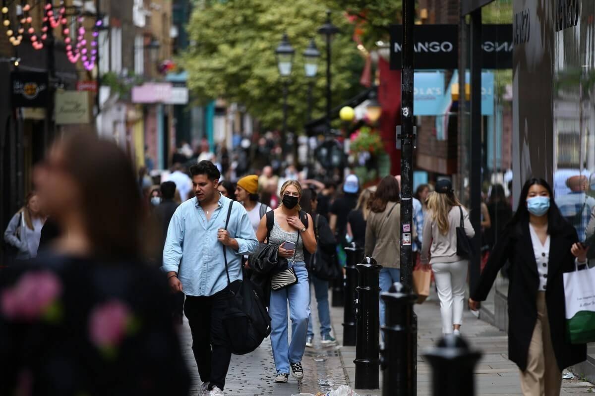 Anglicy podzieleni w sprawie zniesienia restrykcji 19 lipca. Oto wyniki badania YouGov