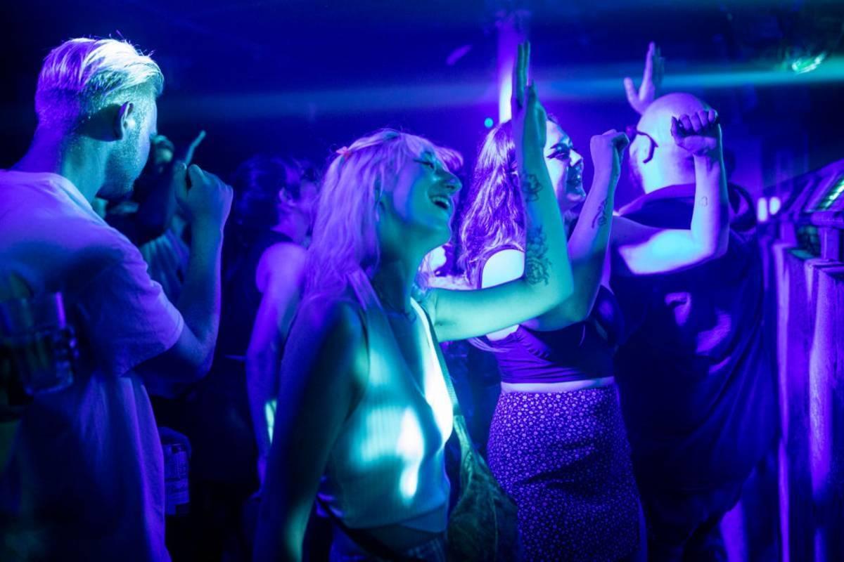 Od września wejście do klubu nocnego lub udział w imprezie masowej w Anglii będzie dozwolone jedynie dla osób w pełni zaszczepionych