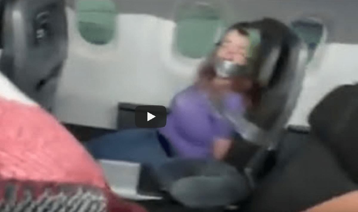 Szokujące sceny w samolocie. Załoga przykleiła awanturującą się pasażerkę taśmą klejącą do siedzenia [WIDEO]