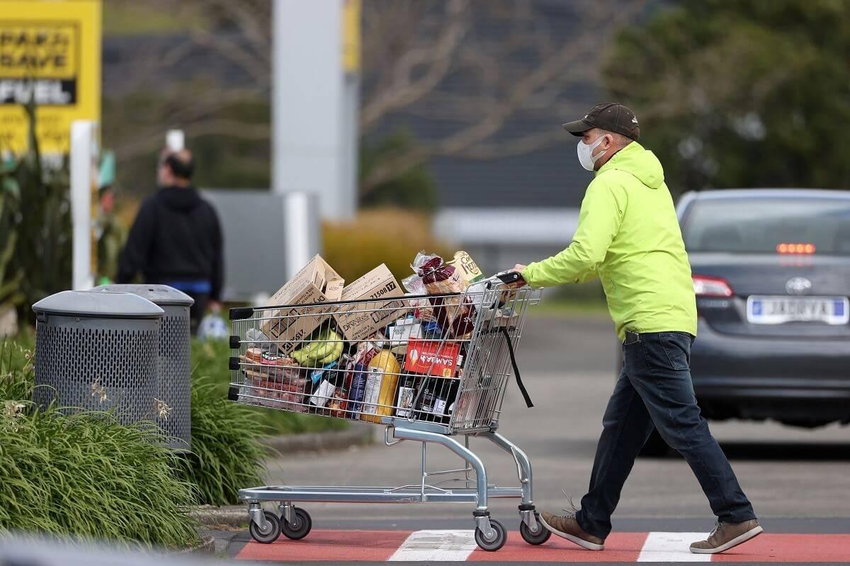 Benzyna, rachunki, zakupy spożywcze – co podrożało najbardziej zdaniem mieszkańców UK
