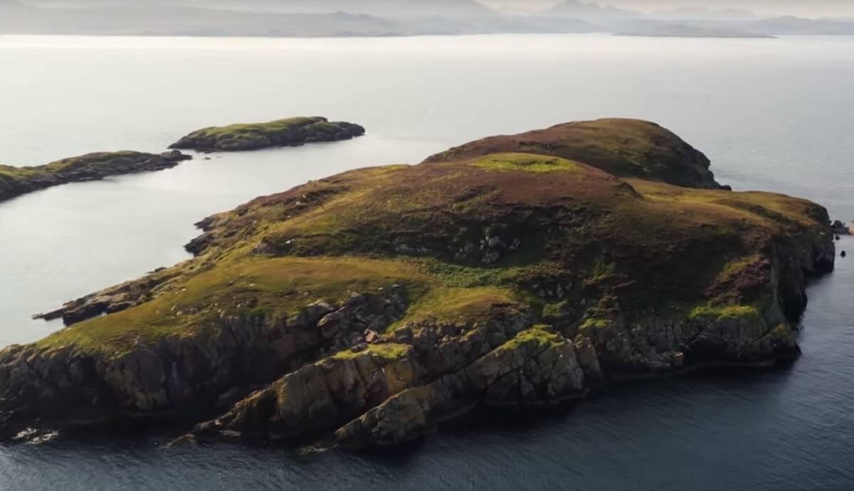 Bezludna szkocka wyspa do kupienia za 50 000 funtów. Można z niej obserwować delfiny [wideo]